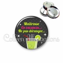 Badge 56mm Maïtresse en vacances, ne pas déranger… (157GRI01)