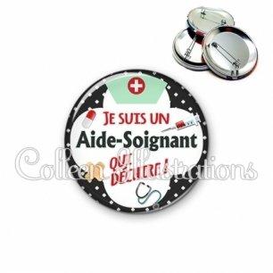Badge 56mm Aide-soignant qui déchire (002NOI01)