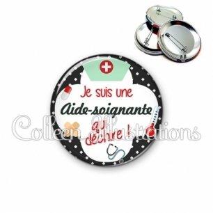Badge 56mm Aide-soignante qui déchire (002NOI01)
