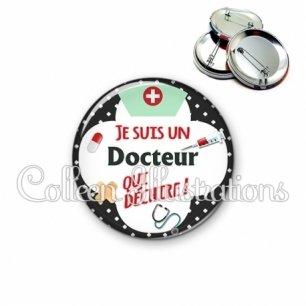 Badge 56mm Docteur qui déchire (002NOI01)