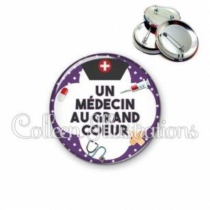 Badge 56mm Médecin au grand cœur (002VIO01)