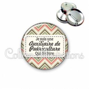 Badge 56mm Auxiliaire de puériculture qui déchire (003MUL01)