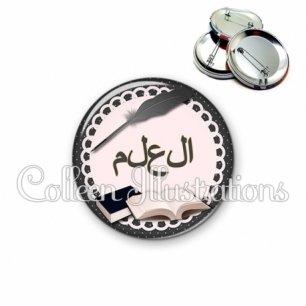 Badge 56mm Plume livre écriture arabe (005NOI01)