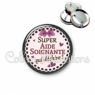 Badge 56mm Aide-soignante qui déchire (005VIO01)