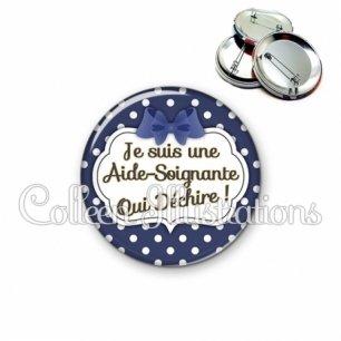 Badge 56mm Aide-soignante qui déchire (006BLE15)