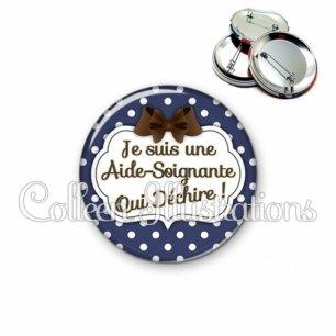 Badge 56mm Aide-soignante qui déchire (006BLE17)