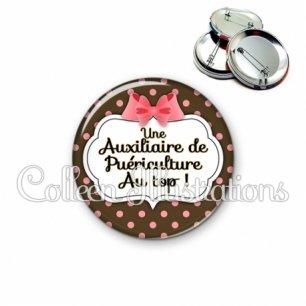 Badge 56mm Auxiliaire de puériculture au top (006NOI22)