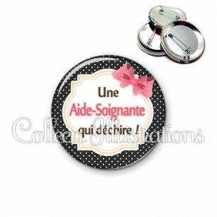 Badge 56mm Aide-soignante qui déchire (008NOI01)