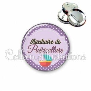Badge 56mm Auxiliaire de puériculture (011VIO01)