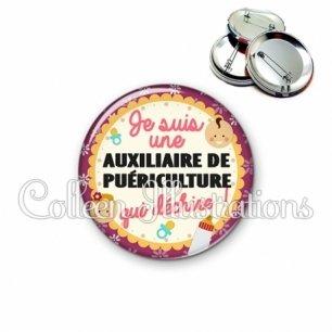 Badge 56mm Auxiliaire de puériculture qui déchire (044VIO01)
