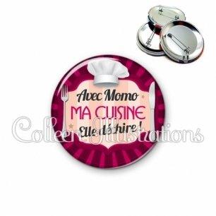 Badge 56mm Avec momo ma cuisine elle déchire (048ROS01)