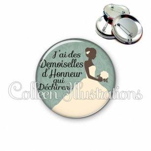 Badge 56mm J'ai des demoiselles d'honneur qui déchirent (097VER01)