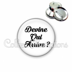 Badge 56mm Devine qui arrive ? (181BLA11)