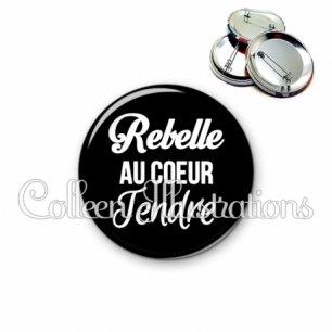 Badge 56mm Rebelle au cœur tendre (181NOI09)